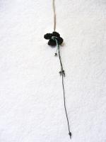 Zwarte bloem met groen hart en kraaltjes